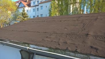 Ein Blick nach oben zeigt, dieses Dach ist nicht mehr in Schuss.